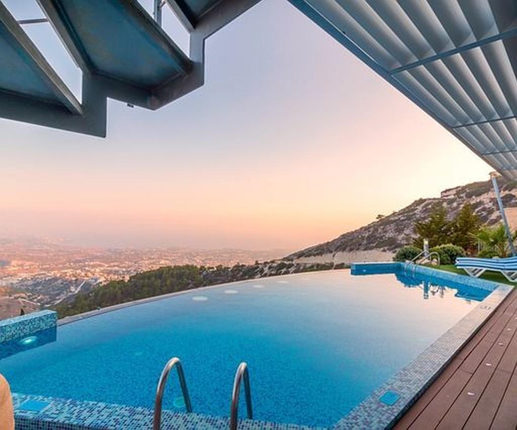 Tarimas exteriores, la alternativa cómoda y limpia para tu piscina privada o terraza