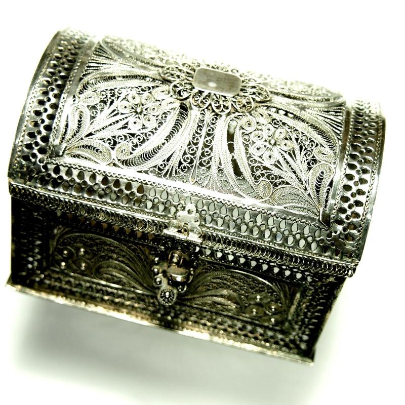 Pequeño baúl en plata de ley (925) trabajada en filigrana. Moderno.: Catálogo de Antigua Joyeros