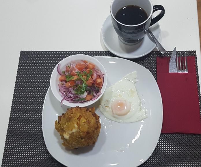 Desayuno de bolon con curtido