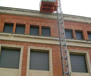 Montaje de plataformas elevadoras sobre mástil