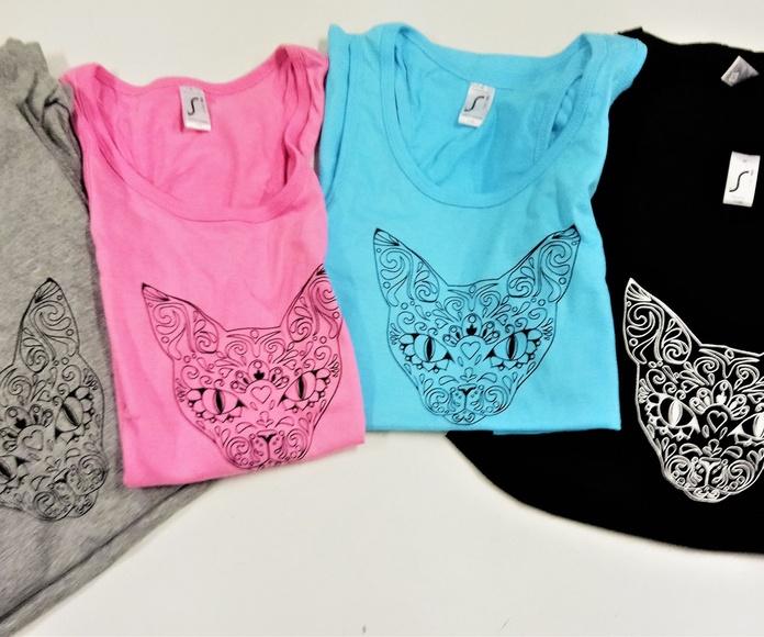 Distintos colores y tallas para camisentas con y sin mangas.