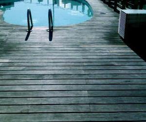 Restauración tarimas de piscina en Barcelona. Restauracions Jordi Nóbrega