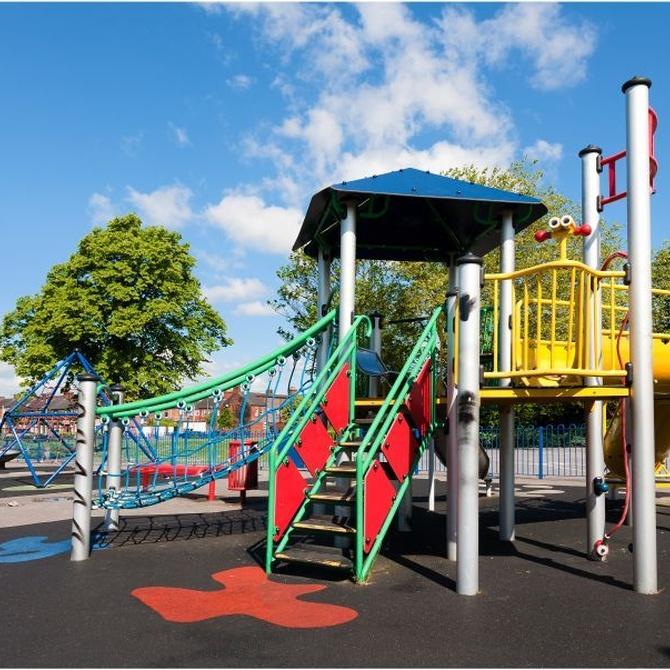 ¿Qué medidas de seguridad han de cumplir los suelos de caucho de los parques infantiles?