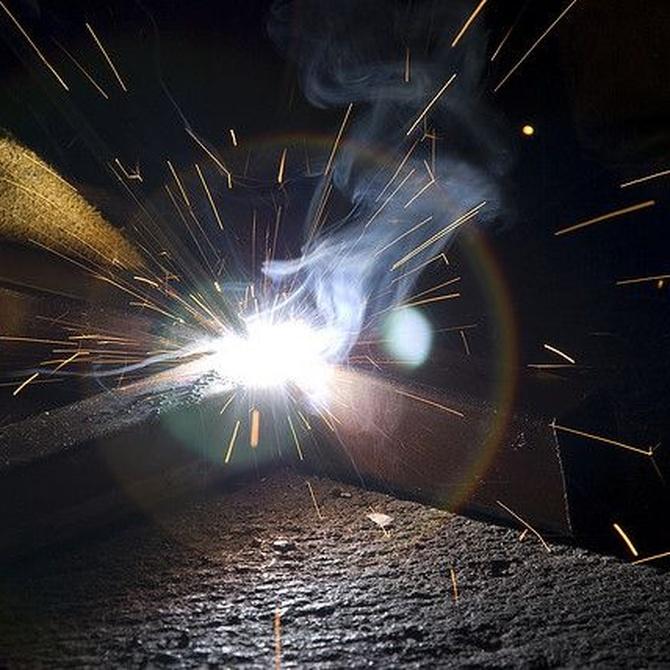 ¿Cuáles son las principales diferencias entre el hierro y el acero?