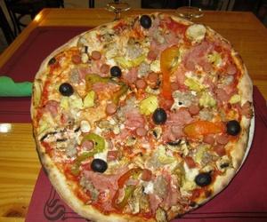 Pizzas artesanas al horno de leña.