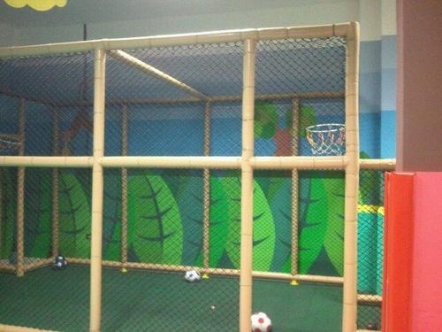Campo de futbol y baloncesto.