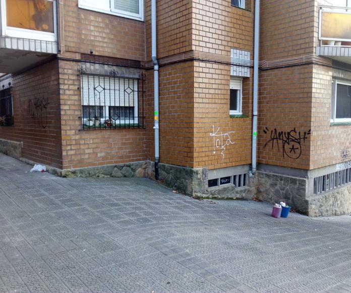 Comunidad con graffitis antes de su limpieza