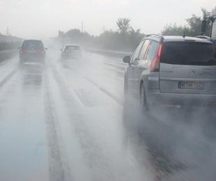 Conducir con seguridad con el asfalto mojado