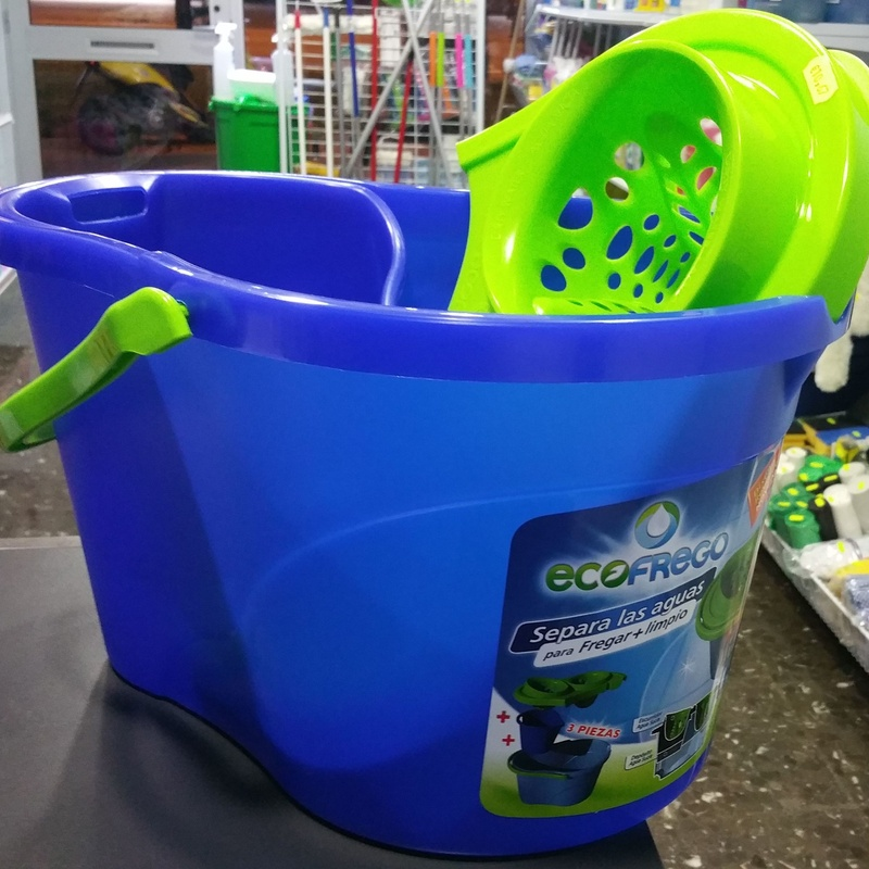 Cubo ecofrego Separa las aguas para fregar mas limpio: SERVICIOS  Y PRODUCTOS de Neteges Louzado, S.L.