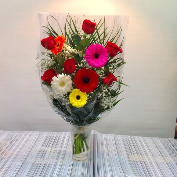 Ramo de 6 rosas con gerbera :  de Floristería Contreras