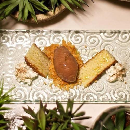 Bizcochito templado de limón con helado de chocolate negro al aceite de oliva del Bajo Aragón y espuma de leche frita.