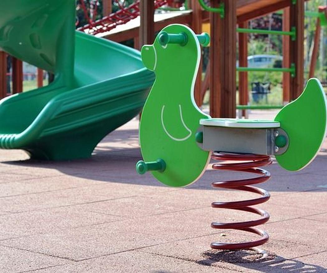 El caucho para las zonas infantiles: ventajas para los niños