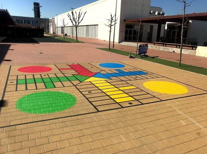 PIntura de los juegos de toda la vida en patio de colegio. Alicante