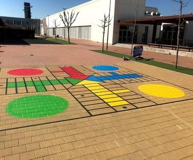 PIntura de los juegos de toda la vida en patio de colegio