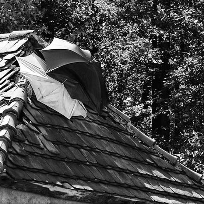 Como localizar y reparar goteras en el tejado
