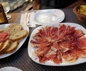 Espectacular ración del mejor jamón con pan y tomate