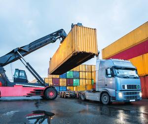 Transporte de contenedores en el Puerto de Barcelona   Grupo Tramal
