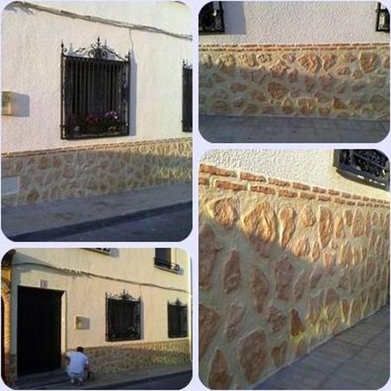 Fachada de pintura plástica con zócalo imitación a piedra