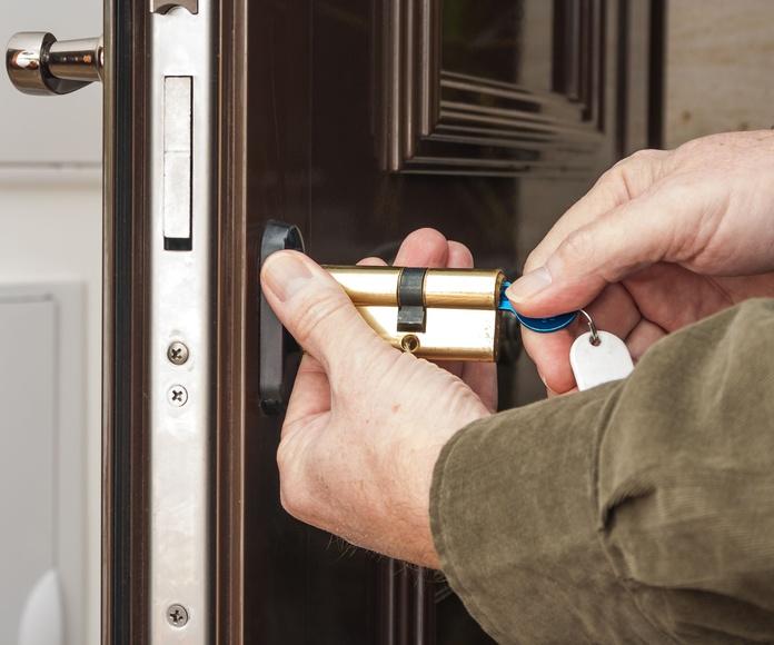 Puertas acorzadas: Nuestros Servicios de Cerrajería Técnica Canarias