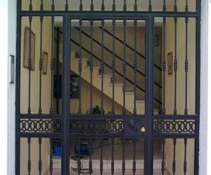 Puerta con rejas para entrada a vivienda
