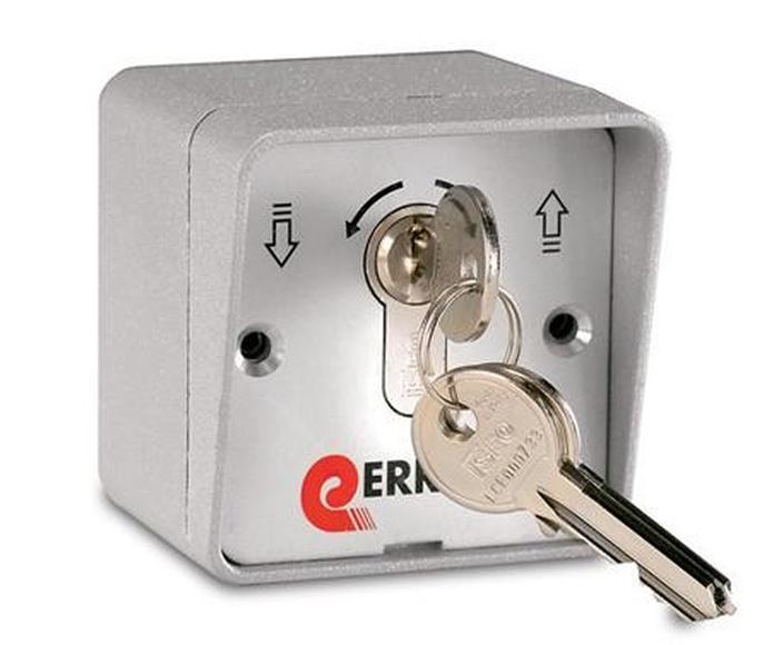 Apertura a través de llave metálica de seguridad
