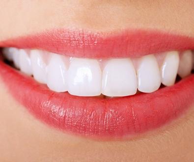 Sevilla alerta del peligro que supone la obsesión por unos dientes blancos y da algunas indicaciones