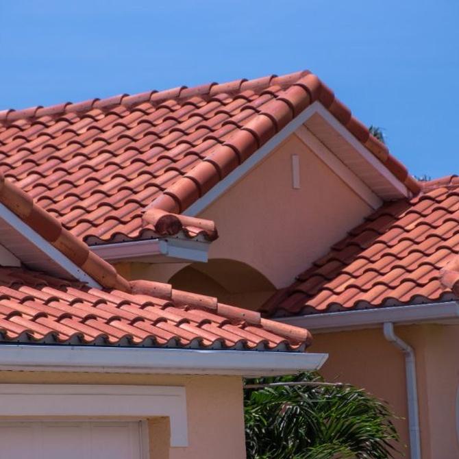 Cómo reparar las goteras en tejados exteriores