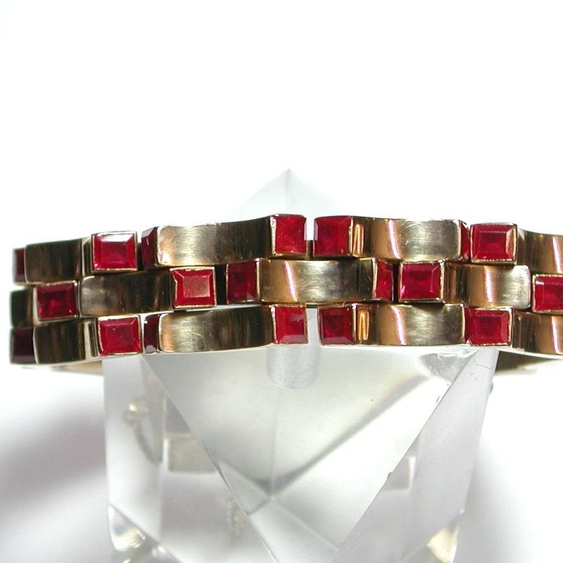 Pulsera de oro de 18k con vidrio rojo. Circa: 1960-1970.: Catálogo de Antigua Joyeros