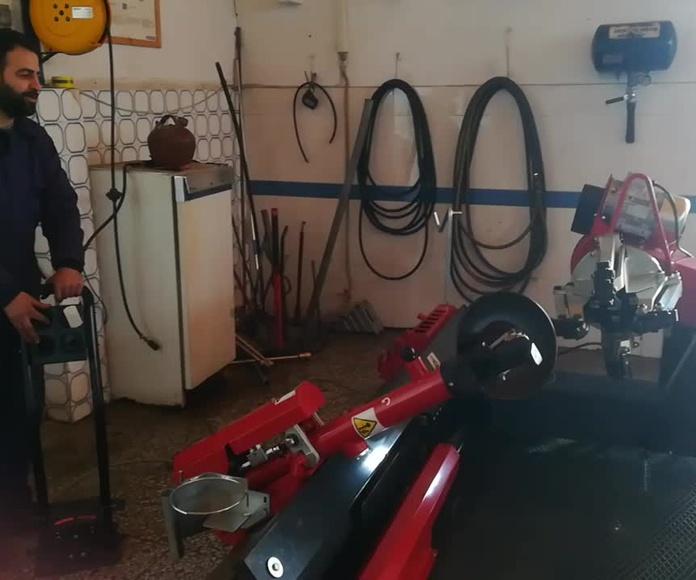 """Montaje de Desmontadora de ruedas en """"NEUMATICOS EL CRUCE CARCHENA"""""""