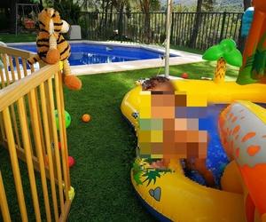 El peque de la casa disfrutando del jardín con césped artificial en Valencia