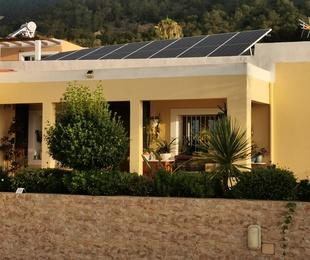 Suministro, instalación y mantenimiento de placas fotovoltaicas y placas de agua caliente sanitaria