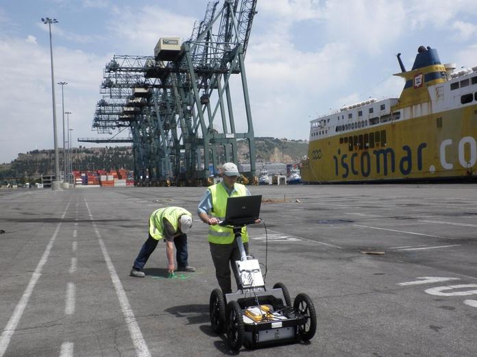 """Campanya de prospección con Geo-radar para la detección de servicios enterrados como soporte a la redacción del """"""""Proyecto de nueva construcción de una nave industrial en la terminal de TERCAT en el muelle """"Princep d'Espanya"""" del Port de Barcelona."""