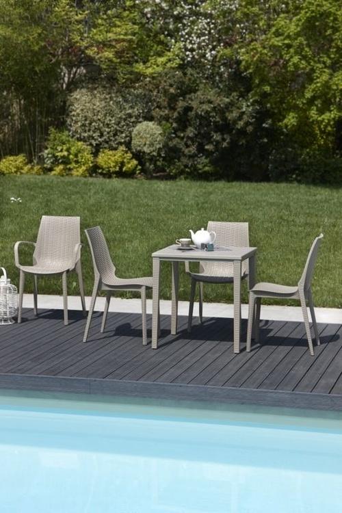 Sillas de piscina con mesa incluida