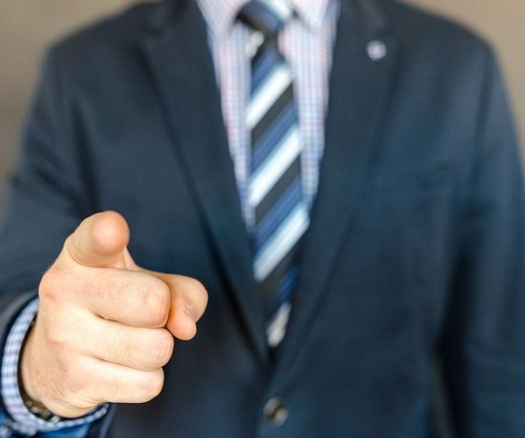 ¿Deben llevar los comerciales un uniforme?