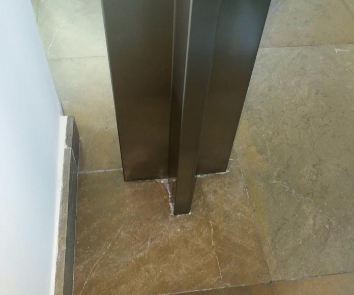 Forro de acero inoxidable de columna con forma de cruz diseñada y fabricada a medida en Palacete de Sevilla centro.