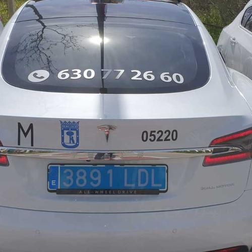 Exclusividad al mismo precio, reserva tu servicio de taxi en Las Rozas: Llama y reserva tu servicio de taxi disfrutando de un servicio exclusivo con un taxi Tesla.
