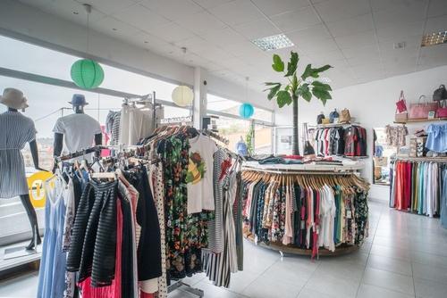 Panorámica general del interior de una tienda de ropa