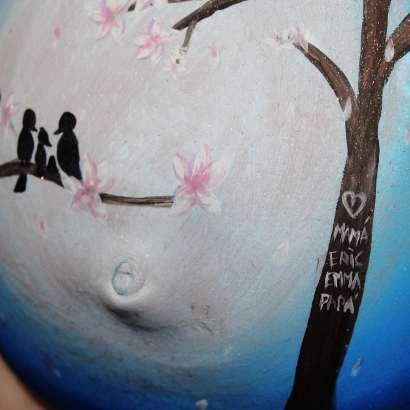 Detalle del árbol con los 4 de la familia grabado y los 3 pajaros en la rama mirando el huevo