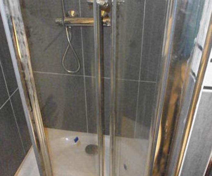 Cambio de bañera por plato de ducha: Reformas de MMH Reformas y Mantenimiento