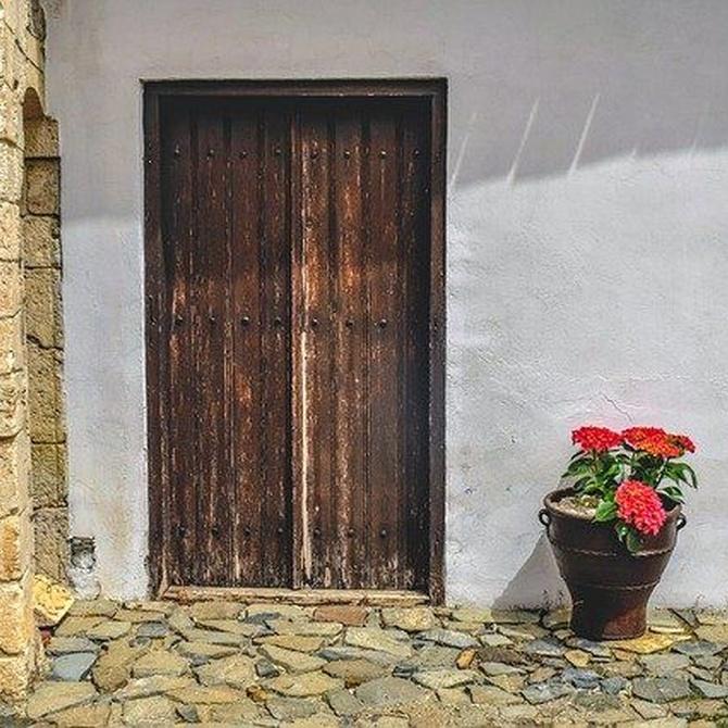 ¿Qué hacer para proteger una puerta de madera en el exterior?