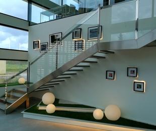 Suelos transitables, escaleras y monteras de acero inoxidable