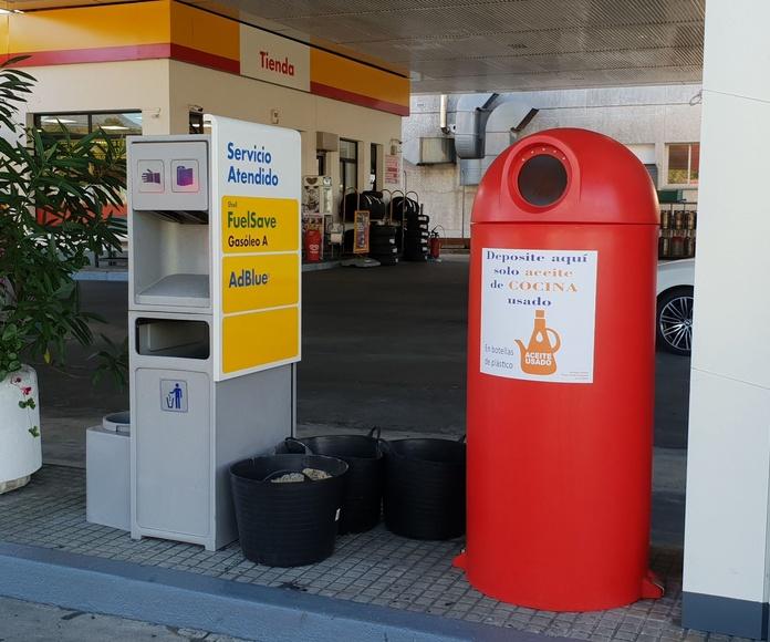 Bidón de reciclaje de aceite  en la calle