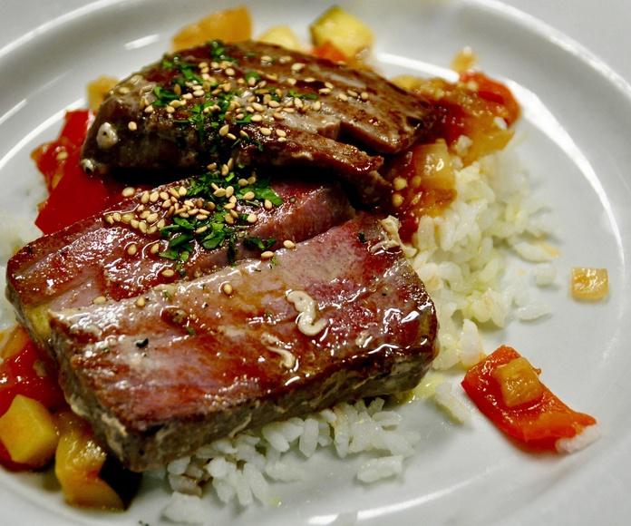 Atún rojo plancheado con cama de arroz y pisto.