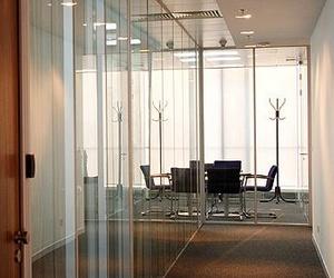 Separación de espacios con tabiques de cristal