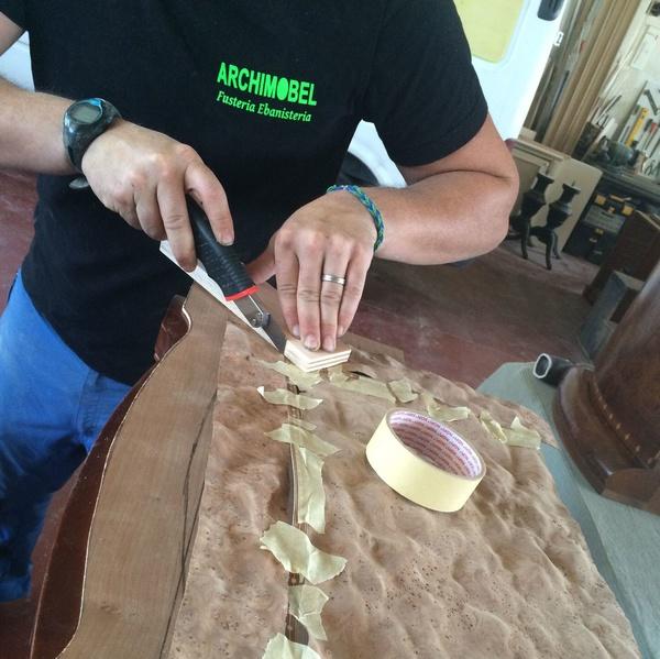 Colocación de xapas naturales de madera, raiz,