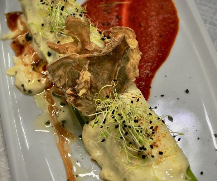 Maxi-canelón de espinacas, relleno de pollo, carne y frutos secos al gratén.