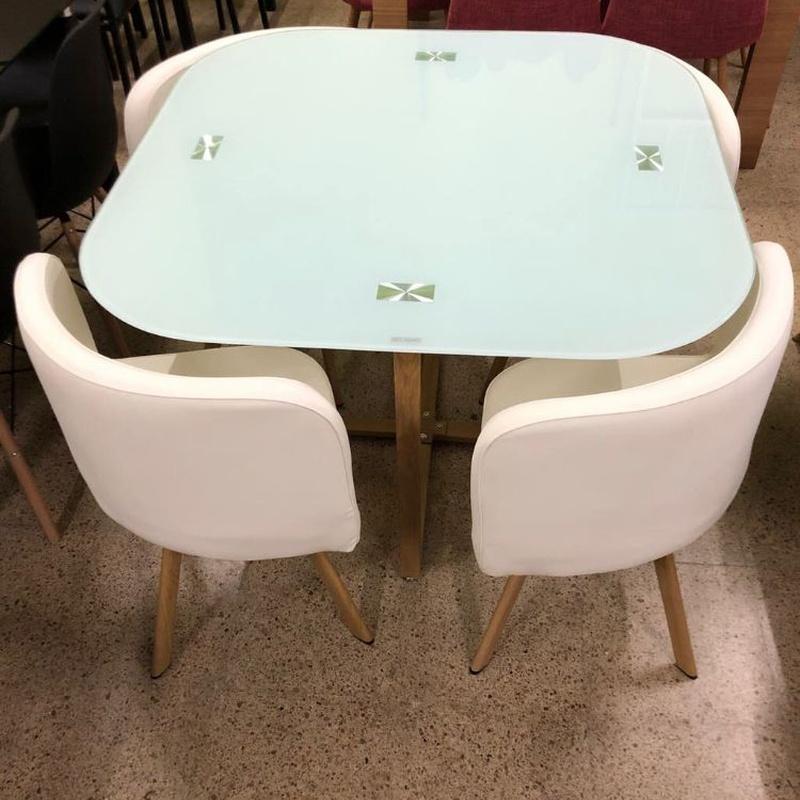 Mesa de cristal  con esquinas redondeadas y 4 sillas blancas: Productos de Remar Castellón