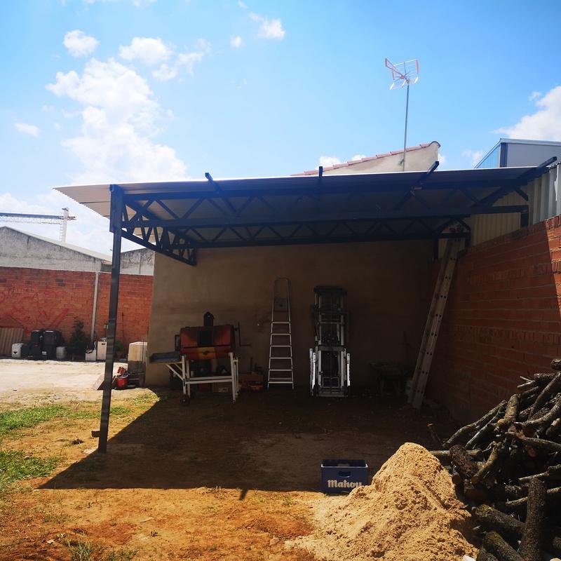 Techado metálico, estructura metálica y cubierta de chapa minionda.:  de Cerrajería Vefergal
