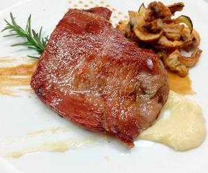 Secreto de cerdo ibérico cocinado a baja temperatura con romero y ajo