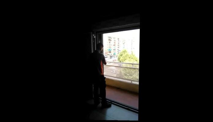 puerta plegable con mosquitera plisada